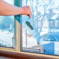 Как снять застаревшую пленку с пластиковых окон: эффективные методы