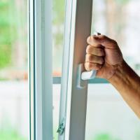 Выпадение створки пластикового окна: причины и ремонт